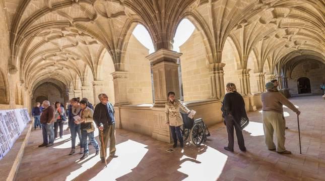 Varias personas contemplan el claustro del monasterio de Fitero.