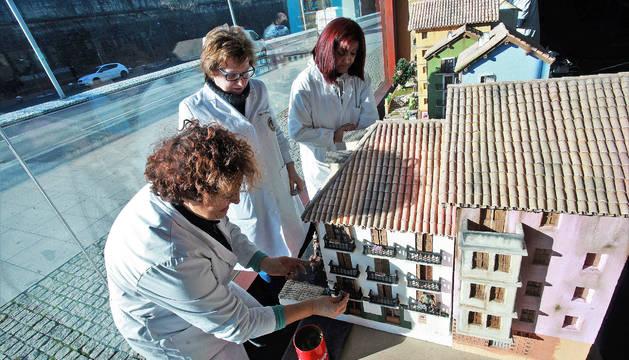 Preparación de la exposición de belenes en Baluarte