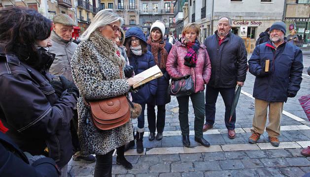 Los visitantes iban leyendo los extractos de Fiesta de la primera traducción hecha al castellano en Argentina.