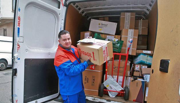 El repartidor de Seur, Juan Pablo Narvaez, lleva estos días la  furgoneta llena de paquetes.