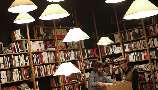 El autor tudelano Eduardo Gil Bera (a la derecha) durante la charla que mantuvo hace unos días con el librero pamplonés de Walden Dani Rosino.
