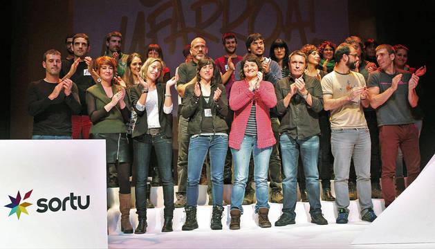 Principales dirigentes de Sortu en Navarra (Miren Zabaleta, coordinadora, es la tercera por la izquierda en la fila de abajo), durante la asamblea del pasado marzo en Pamplona.