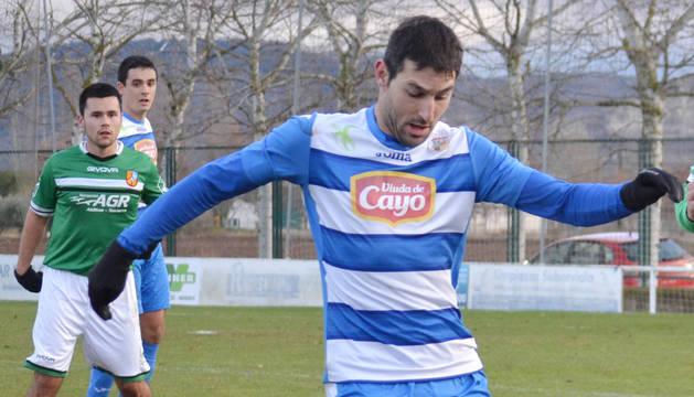 El jugador del Mendaviés, Jesús Irigaray, controla el balón en el partido ante el Cabanillas.