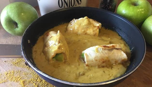Pechugas de pollo rellenas de manzana y con salsa de curry