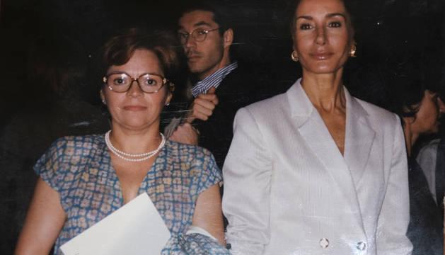 Esperanza Vela, en la década de los noventa, con Naty Abascal en un desfile de moda en París.