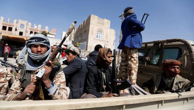Imagen de combatientes hutíes en un camión durante los enfrentamientos con las fuerzas leales al expresidente de Yemen, Ali Abdalá Saleh