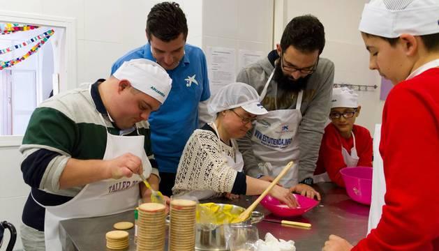 Voluntarios de Obra social 'la Caixa', colaborando con personas con discapacidad.
