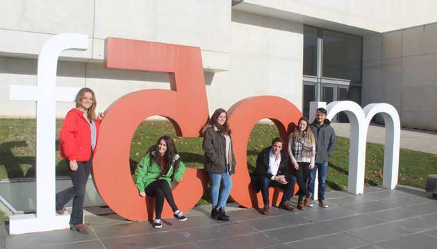 Imagen de Oihane Goñi, Cecilia Gullón, Ane Duñabeitia, Álvaro Corominas, Edurne Garde y Ludwing Landazábal, los creadores de la web Surviving Unav.