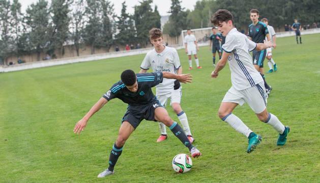 Imagen de jugadores del Madrid y la Real disputando un balón en la final de 2016.