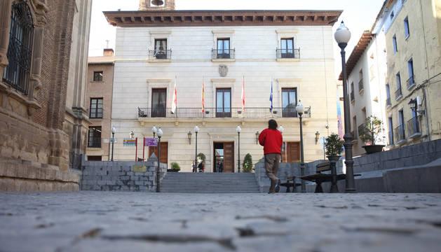 Una imagen de la plaza Vieja y, al fondo, el Ayuntamiento de la capital ribera.