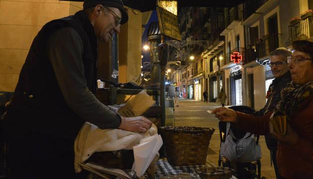Foto de Harold Nuin Gurbindo es castañero en la calle Mercaderes de Pamplona.