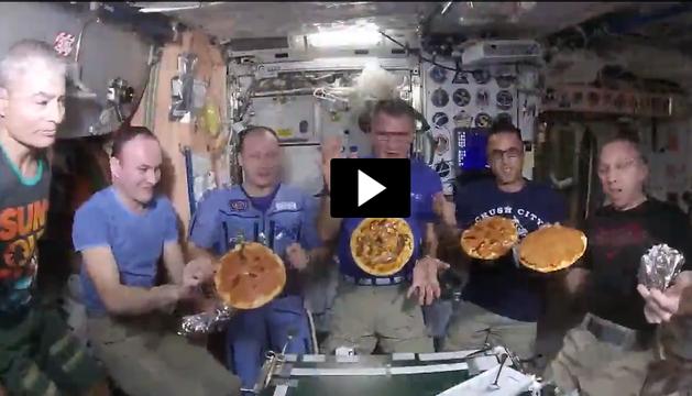 Vídeo | Así prepara un grupo de astronautas una pizza en el espacio