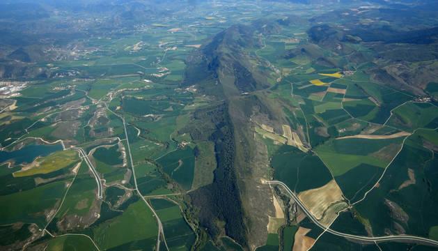Vista aérea del Canal de Navarra. En la imagen, la balsa de Villaveta (izquierda). En  el centro, la Sierra de Gongólaz.