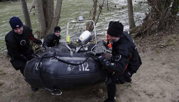 Bomberos del Grupo de Rescate Acuático durante la búsqueda de la vecina de Burlada, en enero de este año.