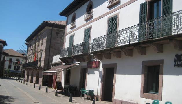 En primer término, el edificio del Casino, erigido en las inmediaciones de la Casa Consistorial de Baztan.