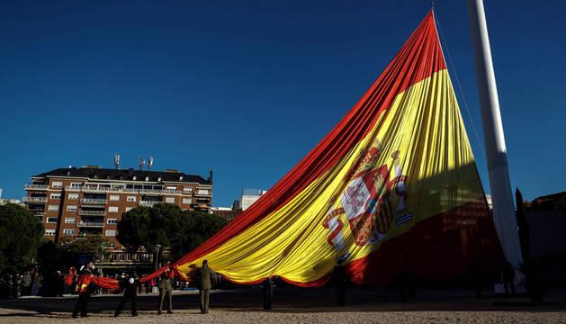 Solemne izado de la bandera nacional en la Plaza de Colón.