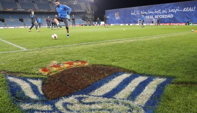 Los jugadores del Zenit entrenan en el césped de Anoeta la noche antes al partido contra la Real Sociedad