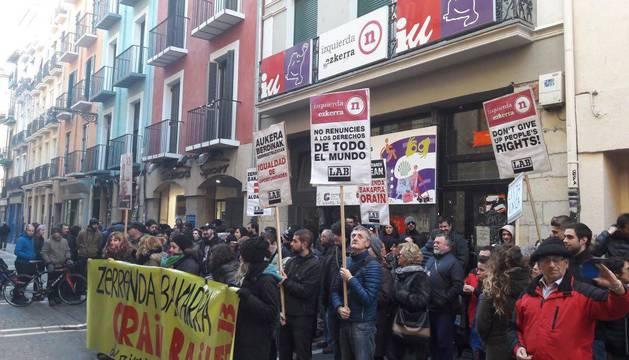 Decenas de personas se concentraron con carteles frente a la sede de Izquierda Unida.