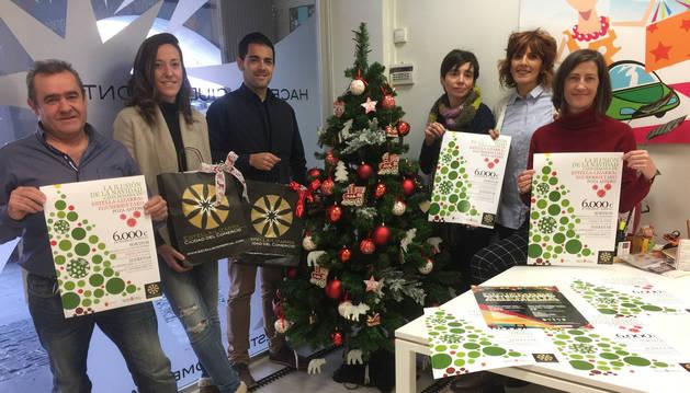Desde la izquierda, José Flamarique, la edil Marta Astiz, Sergio Urriza, Loreto San Martín, Elena Etxalar y Laura Ros, ayer durante la presentación de la campaña de Navidad del comercio de Estella.