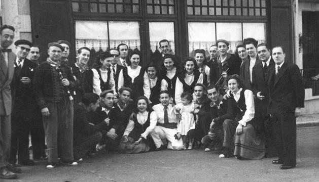 La expedición que representó a Estella en certamen de danza internacional de Biarritz en 1948.