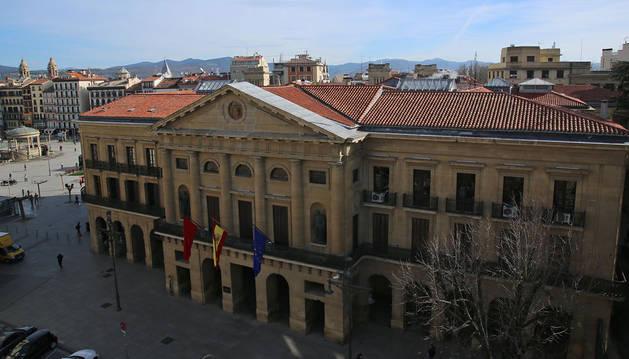Vista aérea del Palacio de Diputación y, tras él, la Plaza del Castillo.