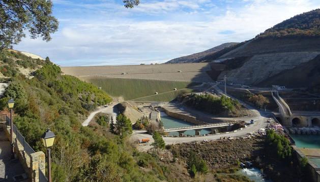 Vista frontal de las obras de recrecimiento del embalse de Yesa. En el centro, la nueva presa.
