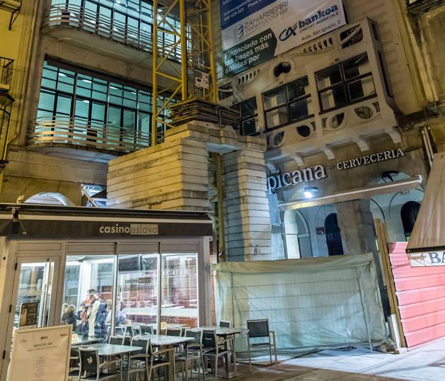 Vista de la grúa y cartel que avisa de las obras que se están llevando a cabo en la Plaza del Castillo.