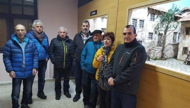 De izquierda a derecha, Jesús María Garmendia, Javier Beunza, Paco Sanz, Felipe Orabengoa, Emeterio Galán, Katti Mayor y Luis Borrega, ayer por la tarde junto a unas escenas reproducidas a escala.