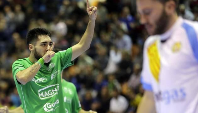 Erik Martel celebra uno de los goles en el partido anterior ante el Catgas Santa Coloma, con victoria por 4-3 para Osasuna Magna.