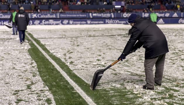 Trabajadores del estadio del Sadar limpiaron las líneas del campo tras la nevada