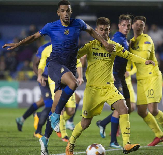 Imagen del delantero del Maccabi Tel-Aviv Nick Blackman (izquierda) lucha el balón con el uruguayo Ramiro Guerra, del Villarreal.