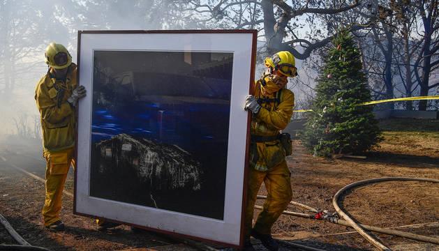 Bomberos salvan una obra de arte de una mansión de Bel Air.