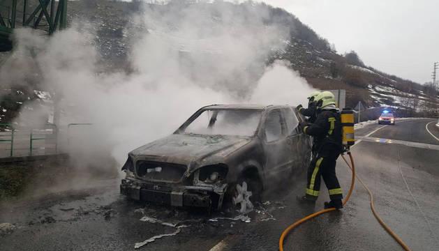 Imagen de los Bomberos de Navarra, apagando el fuego del vehículo en la A-15.