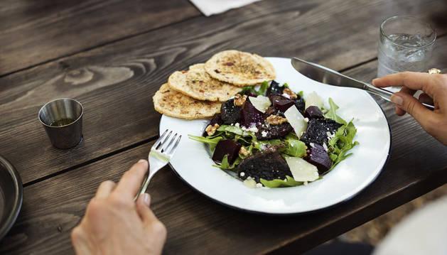 Imagen de una persona comiendo.