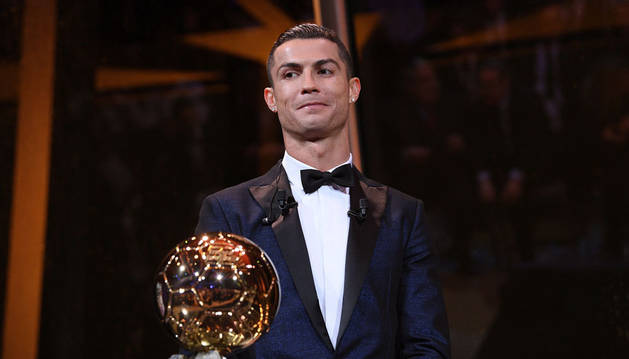 Imagen de Cristiano Ronaldo posando con el Balón de Oro.
