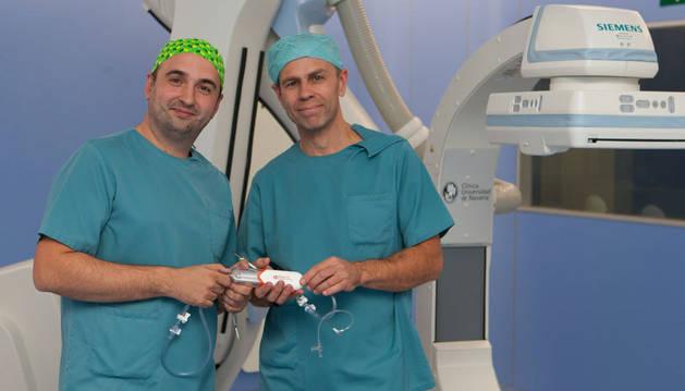 Ignacio Leal y Lukasz Grochowicz, cirujanos de la CUN.