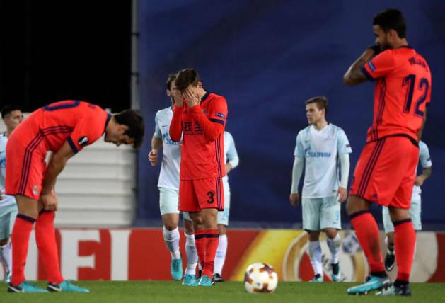 Imagen de la desolación en los jugadores de la Real Sociedad tras el tercer gol del Zenit de San Petersburgo.