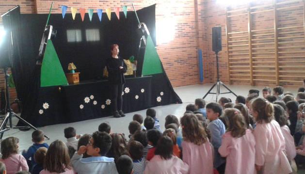 Un momento de la representación teatral celebrada en el colegio San Miguel de Larraga.