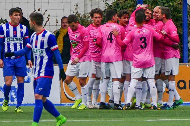 Imagen de los jugadores del Tudelano celebrando en grupo el primer tanto del partido conseguido por Adán Pérez en la primera mitad.