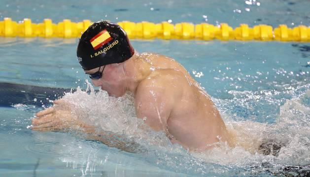 Salguero en el podio con una de las tres medallas de bronce que ha logrado en su participación en el Mundial de natación paralímpica de México