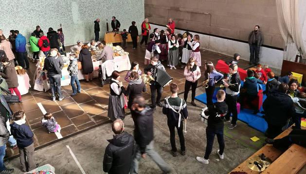 El frontón de Burguete se llenó de actividad con el mercado durante toda la mañana.