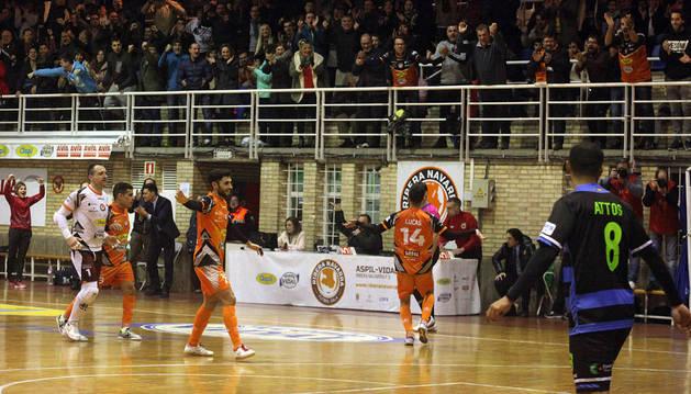 A la derecha, un eufórico Lucas festeja con la afición el 3-1, logrado por Ferrán tras una asistencia del canario.