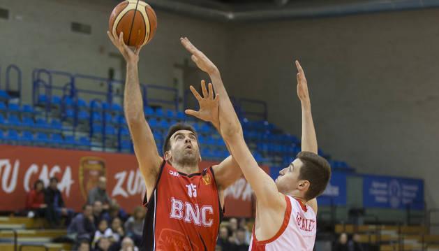 Iñaki Narros trata de alcanzar el balón durante el último partido disputado en el Pabellón Universitario