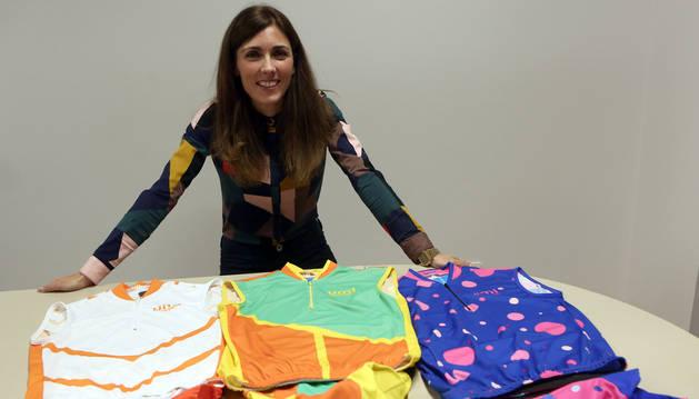 La emprendedora Marina Blasco Juan posa con la ropa ciclista que ella misma ha diseñado.