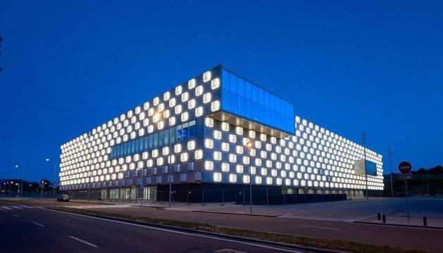 Una vista del Pabellón Navarra Arena iluminado. En septiembre de 2018 iniciará su actividad.
