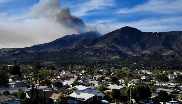 Un muerto, 750 casas calcinadas y miles de desplazados por causa de las llamas que afectan desde hace una semana en California, EE UU.