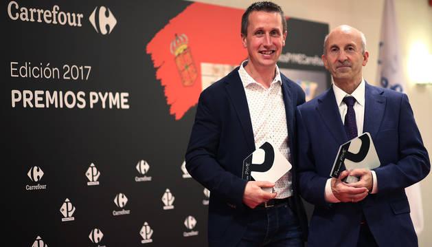 Representantes de las dos firmas premiadas por Carrefour. Martín Irurita Loyarte (socio de Grupo Lacturale), elegido mejor pyme, y Antonio Ziganda Lacunza, de Postres Ultzama, premiada por su innovación.