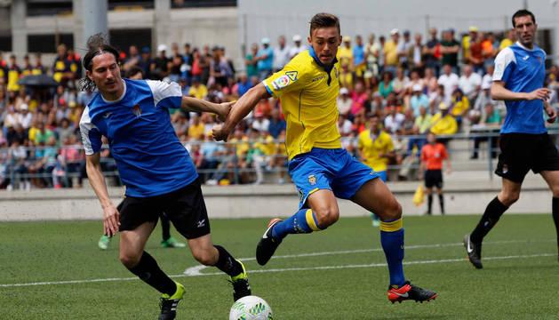 El capitán de la Peña Sport, Iván García, en la disputa del balón ante un rival de Las Palmas.