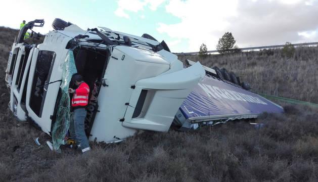 El camión quedó fuera de la calzada tras el impacto