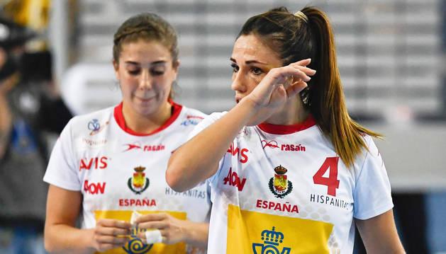 La española Carmen Martin Berenguer lamenta la derrota de su equipo al termino de un partido del Campeonato Mundial de Balonmano Femenino disputado entre España y Noruega
